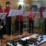 """Les musiciens des """"Vents d'Anches"""" devant une exposition sur la clarinette."""